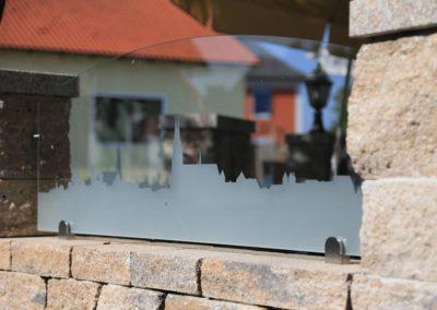 Glaselement für Mauer in Regensburger Biergarten