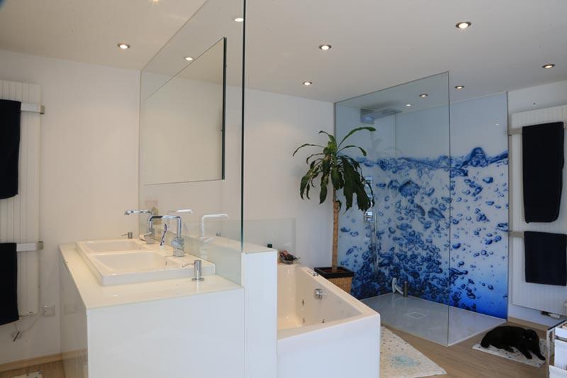 Badezimmer mit Glasdusche und Glastrennwand